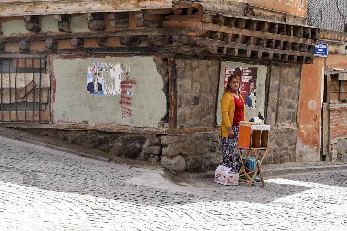 donna in strada a konya