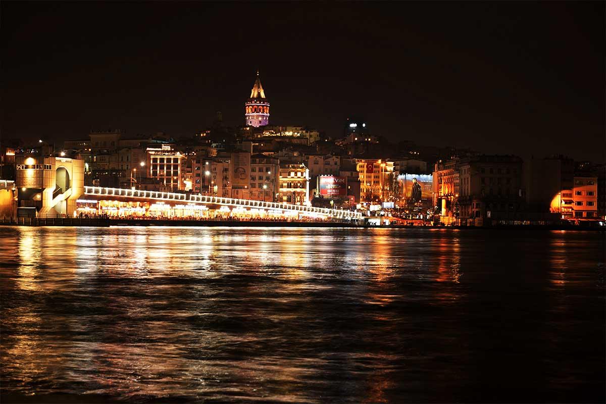 il bosforo di istanbul illuminato di notte