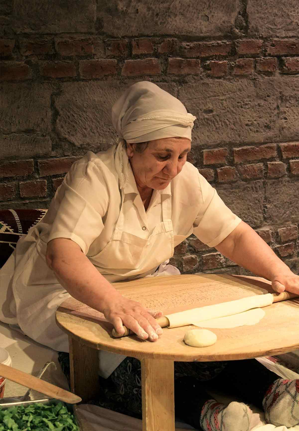donna che prepara il loro pane tipico a istanbul