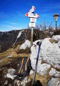 attrezzatura trekking zaino bastoncini copia